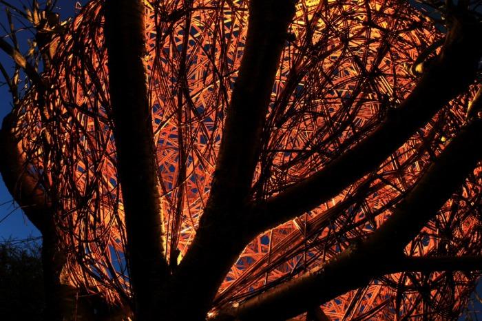 Домик на дереве, больше напоминающий светящийся космический корабль.