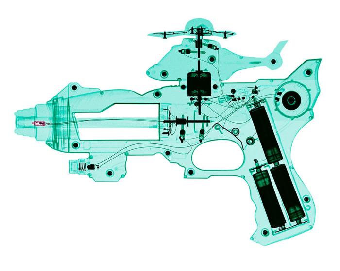 Игрушечный пистолет, просвеченный под рентгеновскими лучами.