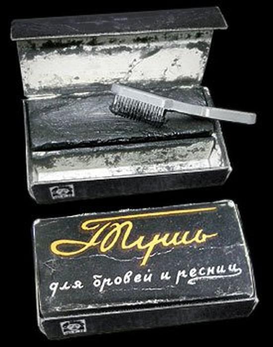 Тушь для ресниц и бровей, в которую предварительно нужно было поплевать. | Фото: kryaker.dwg.ru.
