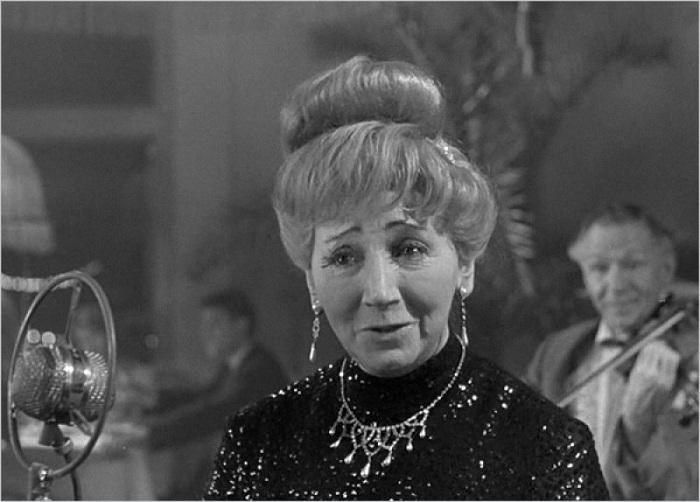 Рина Зеленая в роли певицы в ресторане «Одуванчик» («Дайте жалобную книгу», 1964 г.) | Фото: reportage.su.