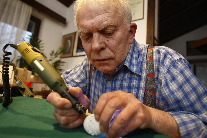 Franc Grom создает узорчатые скульптуры из яиц.