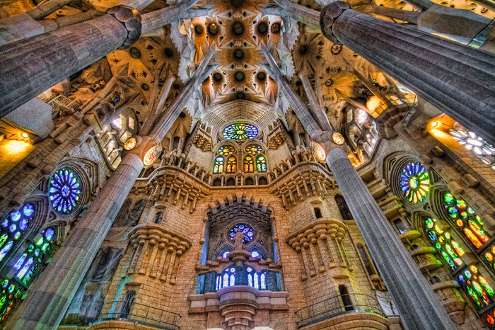 Temple Expiatori de la Sagrada Familia. Внутреннее убранство. | Фото: img-cdn.brainberries.co.