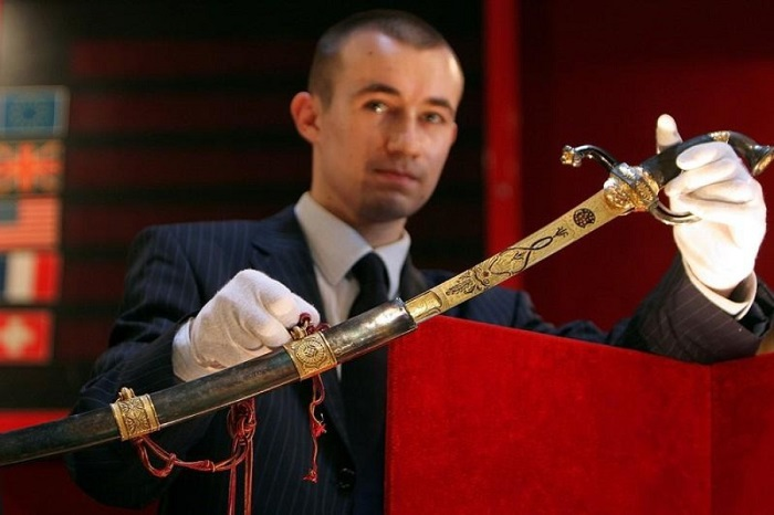 Сабля Наполеона Бонапарта, проданная на аукционе за 6,5 млн. долларов. | Фото: pics2.pokazuha.ru.