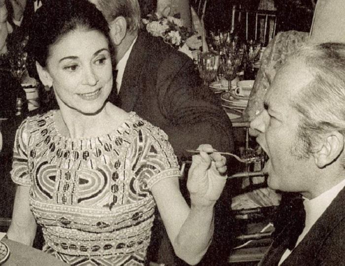 Марго Фонтейн кормит с ложечки своего мужа. | Фото:img0.li veinternet.ru.