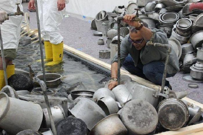 Процесс создания скульптур из старой посуды.