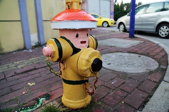 Оригинальное оформление пожарного гидранта.