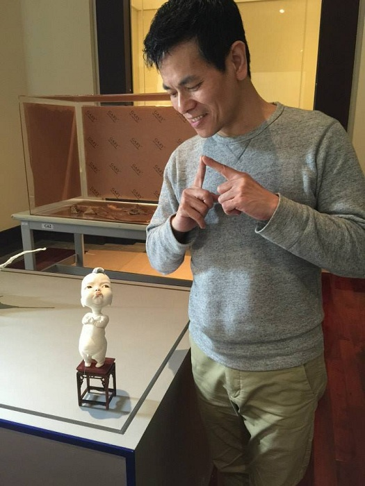 Скульптор Джонсон Тсанг со своей работой.