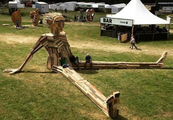 Огромная скульптура из выброшенных досок.