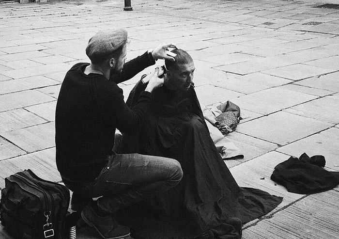 Джошуа Кумбс подстригает людей без крова на улицах своего города.