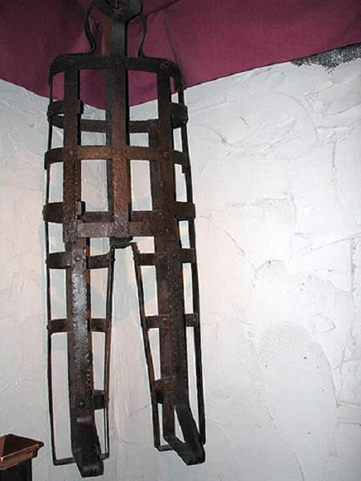 Железная клетка для пыток.