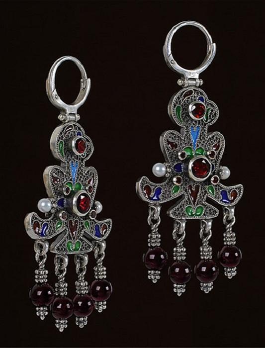 Серьги, украшенные сканью и драгоценными камнями.