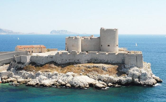 Замок Иф расположен недалеко от Марселя.