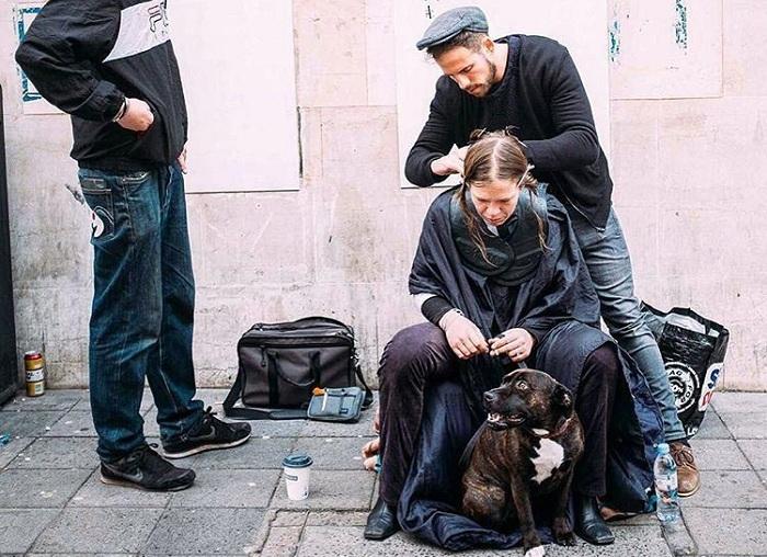 Стилист Joshua Coombes стрижет бездомных на улицах своего города.