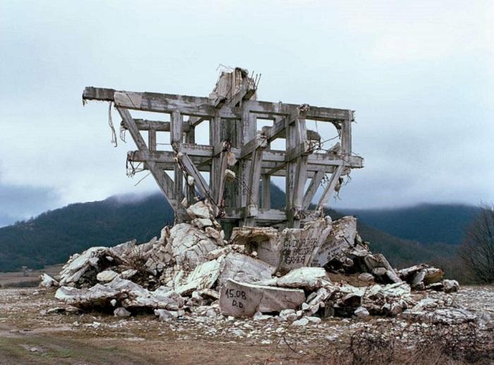 Памятник, возведенный в Югославии.