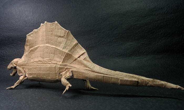 Динозавр, сделанный из бумаги.