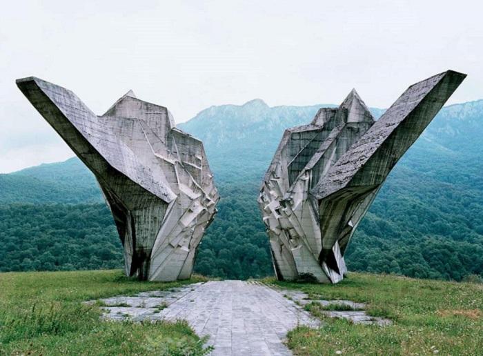 Spomenik - мемориал героям Второй мировой войны.