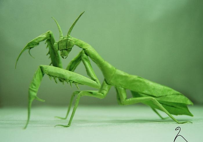 Фигурка оригами - кузнечик.