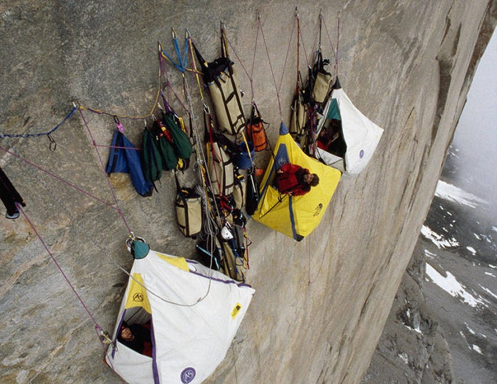 Бесстрашные альпинисты ночуют прямо на скале.