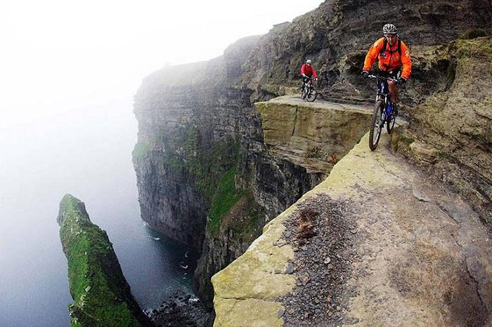 Опасный путь на Cliffs of Moher.
