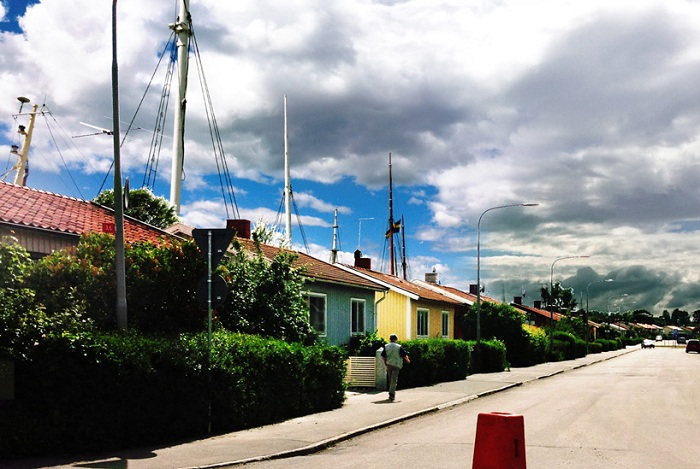 Мачты кораблей на улицах шведского города.