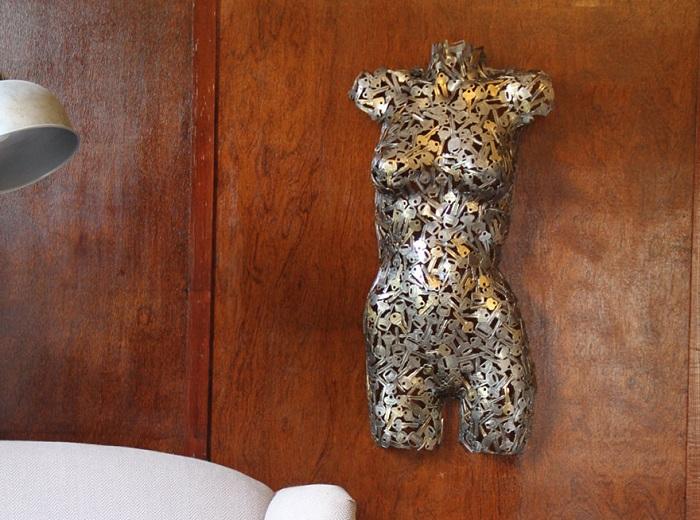 Женский торс, спаянный из ключей.