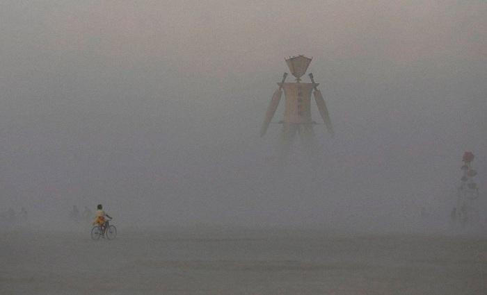 Экстремальные условия проведения фестиваля в пустыне.