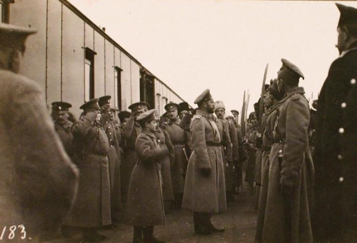 Император Николай II (в центре) с наследником цесаревичем Алексеем.