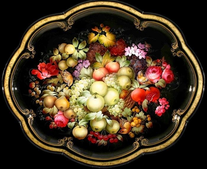 Металлический расписной поднос. | Фото: ariananadia.livejournal.com.