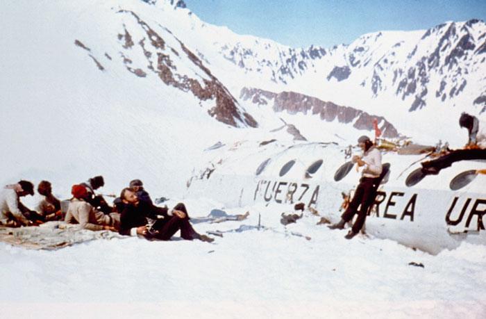 Выжившие при крушении самолета вынуждены были съесть тела умерших товарищей.