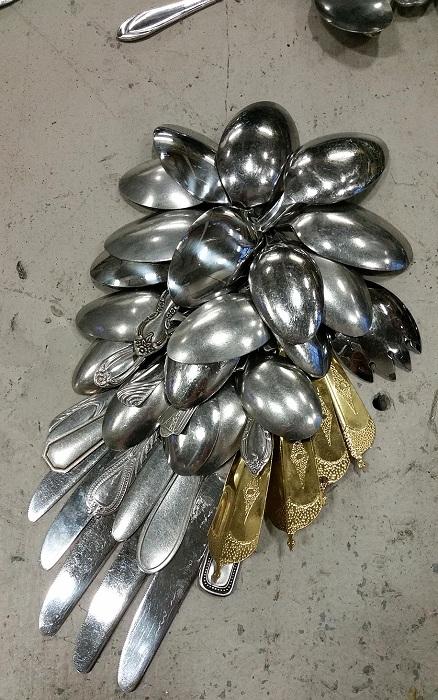 Крыло птицы, сделанное из столовых приборов.