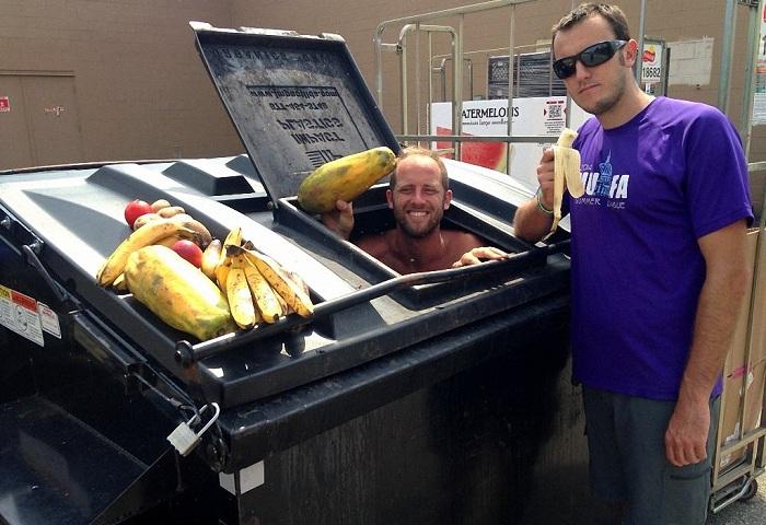 Роб Гринфилд достает неиспорченную еду из мусорных баков.