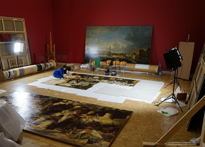 Удаление бумаги с лицевой поверхности картины «Оргия». | Фото:  restoration.rusmuseum.ru.