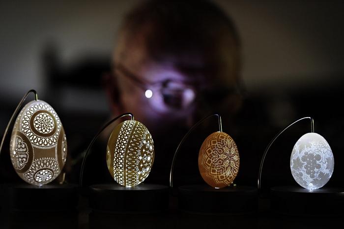 Сложные орнаменты на миниатюрных яичных скульптурах.