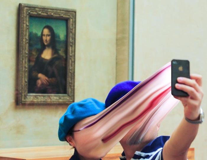 Туристы больше обращают внимание на себя, нежели на созерцание Моны Лизы.