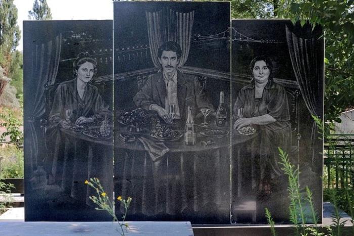 Надгробье на Широкореченском кладбище. | Фото: amusingplanet.com.