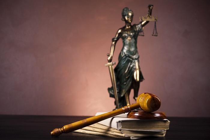 Уголовный кодекс и молоток судьи - главные инструменты Фемиды. | Фото: articlebay.us.