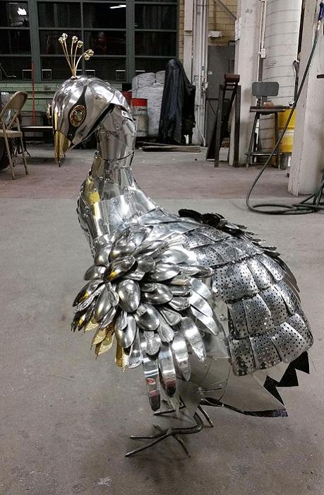Скульптура павлина, сделанная из кусочков металла.