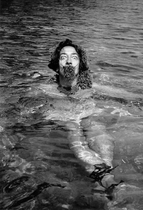 Снимок из серии «One day with Salvador Dali», 1955 год. | Фото: messynessychic.com.
