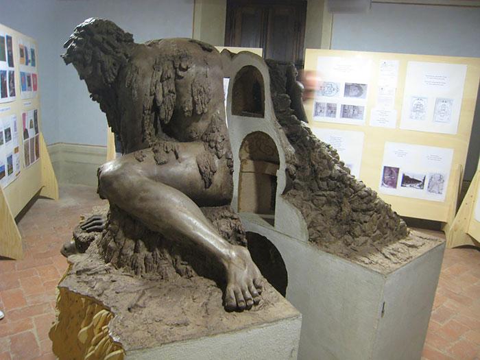 Предполагаемые гроты-комнаты внутри статуи.