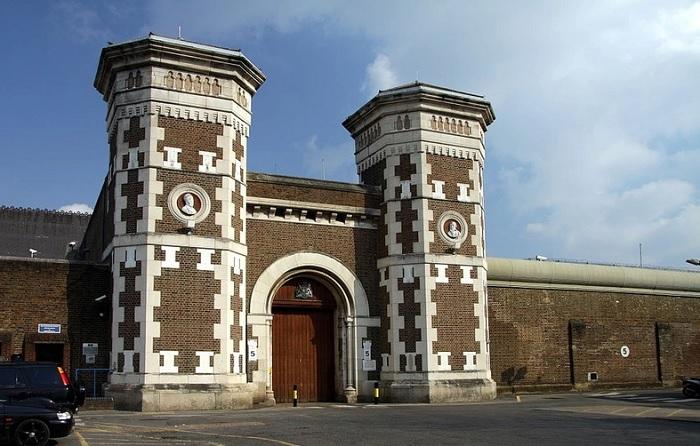 Вход в тюрьму «Уормвуд-Скрабс». | Фото: avatars.mds.yandex.net.