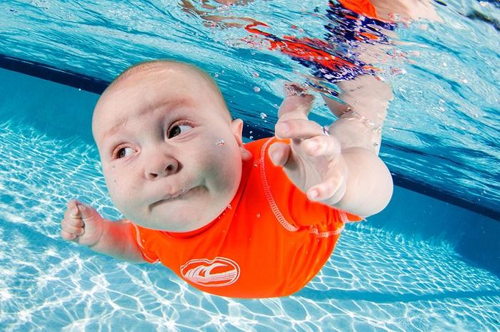 Подводная съемка малышей.