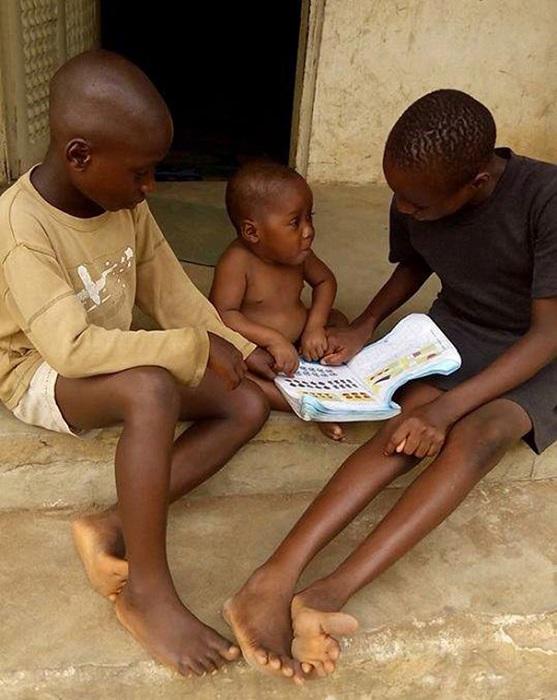В приюте мальчик с ребенком проводятся развивающие занятия.