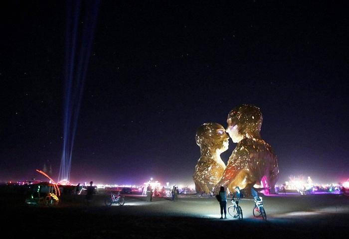 Оригинальная подсветка скульптуры «Объятия».