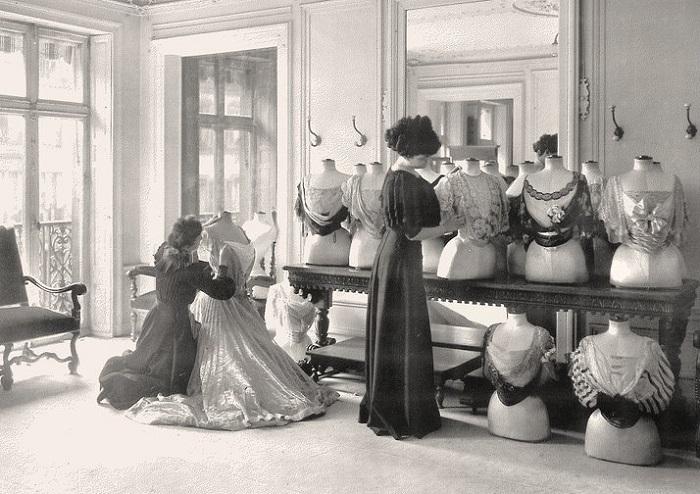 В мастерской по пошиву платьев Дома моды Ворта. | Фото: liveinternet.ru.