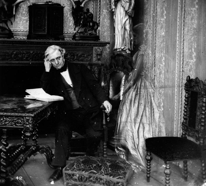 Постановочная фотография с «призраком», популярная в XIX веке.  Фото: mashable.com.