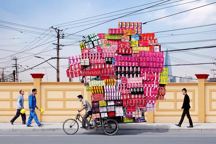 Велорикша, перегруженный коробками.