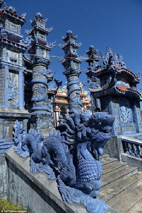 Усыпальница, украшенная лепниной и статуями.   Фото: todaytv.vn.