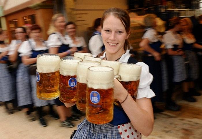 Одна кружка пива стоит 10 евро.