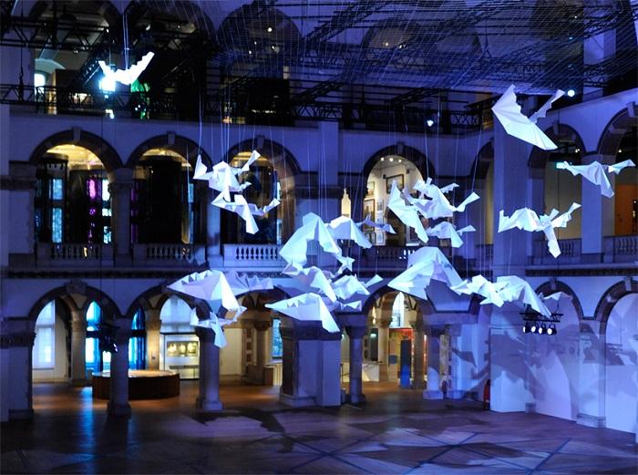 Инсталляция гигантских бумажных птиц.
