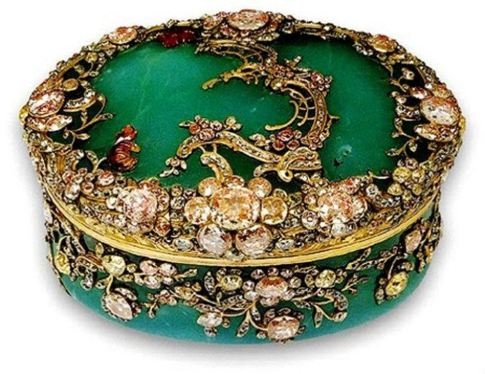Табакерка, инкрустированная драгоценными камнями. | Фото: img-fotki.yandex.ru.